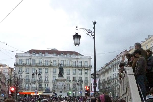 Lisbonne, Largo de Camões, 12 mars 2011 (fin de la manifestation de la « Geração à rasca »)
