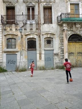 Palerme (Sicile). Calcio sur la Piazza Pretoria. 7 mai 2012