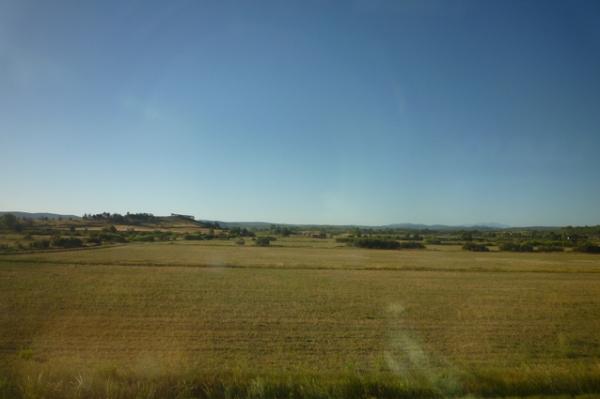 Entre Lézignan-Corbières et Narbonne (Aude). Vue depuis le train vers le sud. 27 août 2012