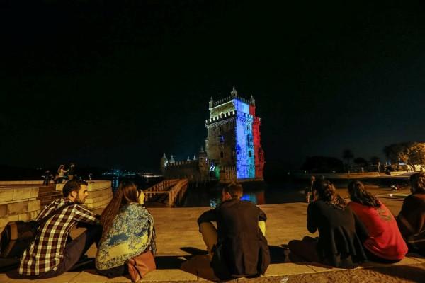 Lisbonne (Portugal). La tour de Belém tricolore suite aux attentats de Paris et Saint-Denis du vendredi 13 novembre 2015. Photo Pedro Rocha/Global Imagens, publiée dans Diario de Notícias (en ligne) le 14 novembre 2015.
