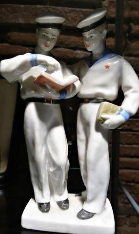 Deux marins soviétiques (figurine de faïence). Exposition « Bazar Zoulou », La collection d'objets populaires de Françoise Huguier, 2019, Fondation Espace Écureuil pour l'art contemporain (Toulouse)