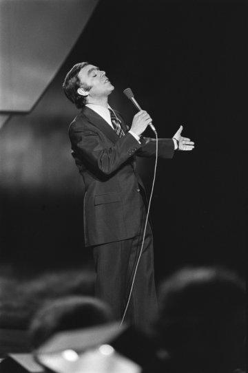Carlos do Carmo (1939-2021) au Concours Eurovision de la chanson 1976, La Haye (Pays-Bas), 3 avril 1976. Photo Rob Mieremet / Anefo (Domaine public)