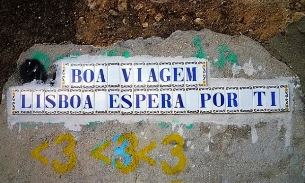 « Boa viagem, Lisboa espera por ti » (Bon voyage, Lisbonne t'attend). Lisbonne (Portugal), belvédère de Senhora do Monte, 17 mars 2011.